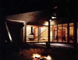 葉山の海荘 (庭からリビングを見る)