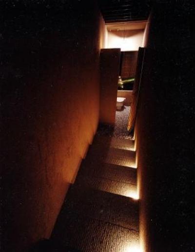 ライトアップした階段の先のトイレ (葉山の海荘)