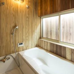 鶴見の家 〜ルーフテラスで外の空間と繋がる〜 (木のぬくもりを感じるお風呂)