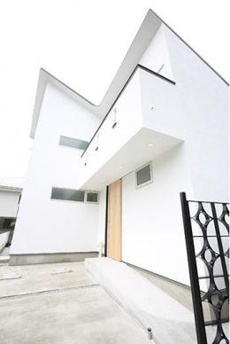 等々力の二世帯住宅 (ベランダのある白い外観)