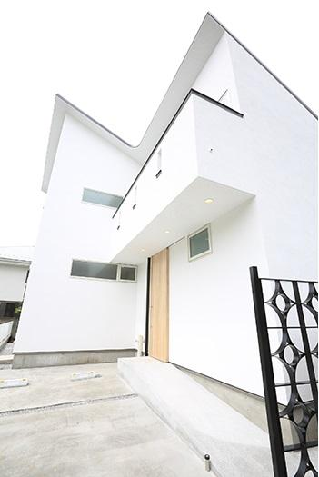等々力の二世帯住宅の写真 ベランダのある白い外観