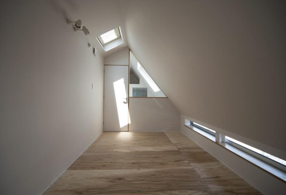 ミナミセンゾクのいえの部屋 トップライトのある洋室