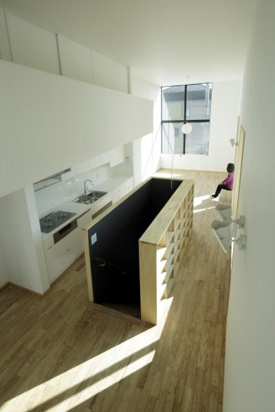 収納棚のある階段スペース (戸塚の家)