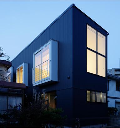 戸塚の家の部屋 大きな窓がある外観