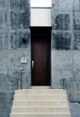 Mハウス (アプローチ階段のある玄関)