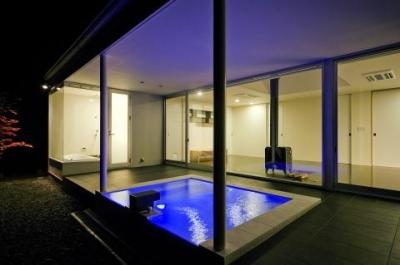 ライトアップした露天風呂 (川岸の家)