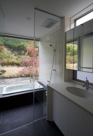川岸の家の写真 山が見えるバスルーム