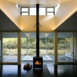 暖炉のあるリビング (川岸の家)