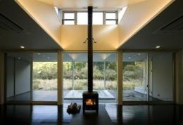 川岸の家 (暖炉のあるリビング)