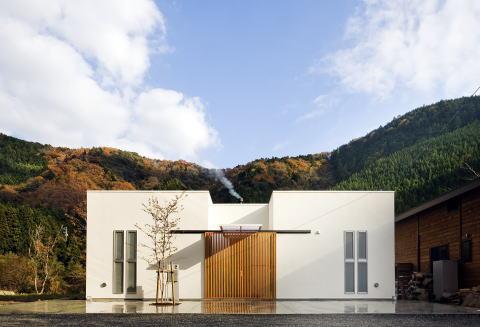 川岸の家の写真 山に囲まれた住まい