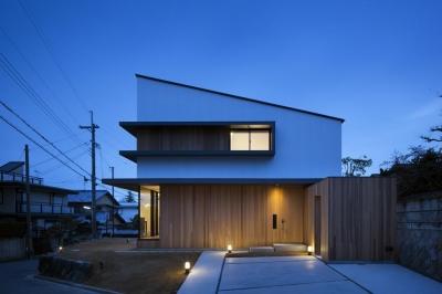 富雄北の家 (片流れ屋根の白い外観)