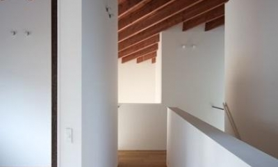 天井が特徴的な廊下|富雄北の家