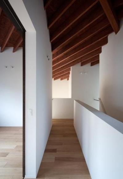 富雄北の家 (天井が特徴的な廊下)