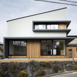 窓が特徴的な片流れ屋根の外観 (富雄北の家)