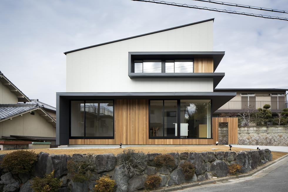 窓が特徴的な片流れ屋根の外観(...