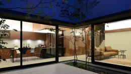 伏見の家 (庭から見るリビング)