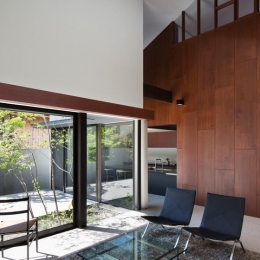 伏見の家 (庭を眺めながらリラックスできるリビング)