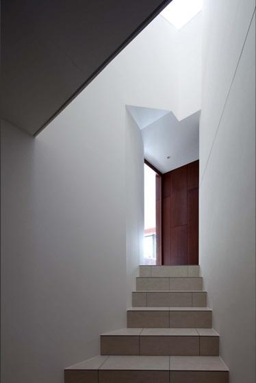 伏見の家 (玄関からリビングに続く階段)