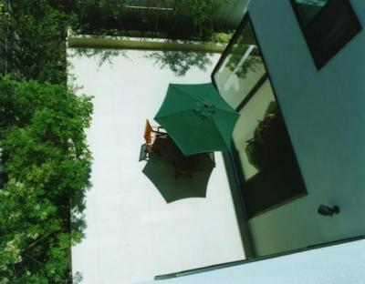 鵠沼の家 (2階からコートテラスを見下ろす)