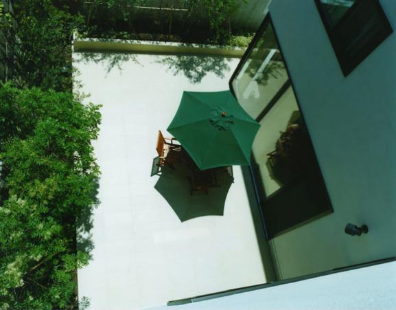 鵠沼の家の部屋 2階からコートテラスを見下ろす