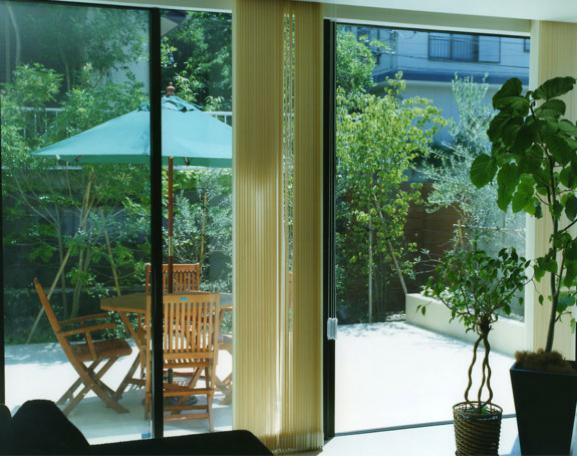 鵠沼の家の部屋 リビングからコートテラスを見る