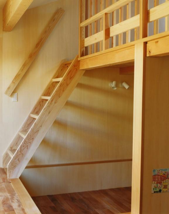 寺尾東の家の部屋 ロフトへ続く階段