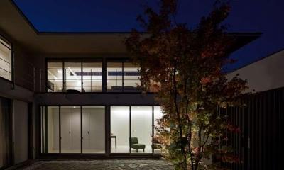 中庭と外観夜景|つくばK邸