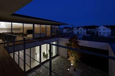 中庭と外観夜景 (つくばK邸)