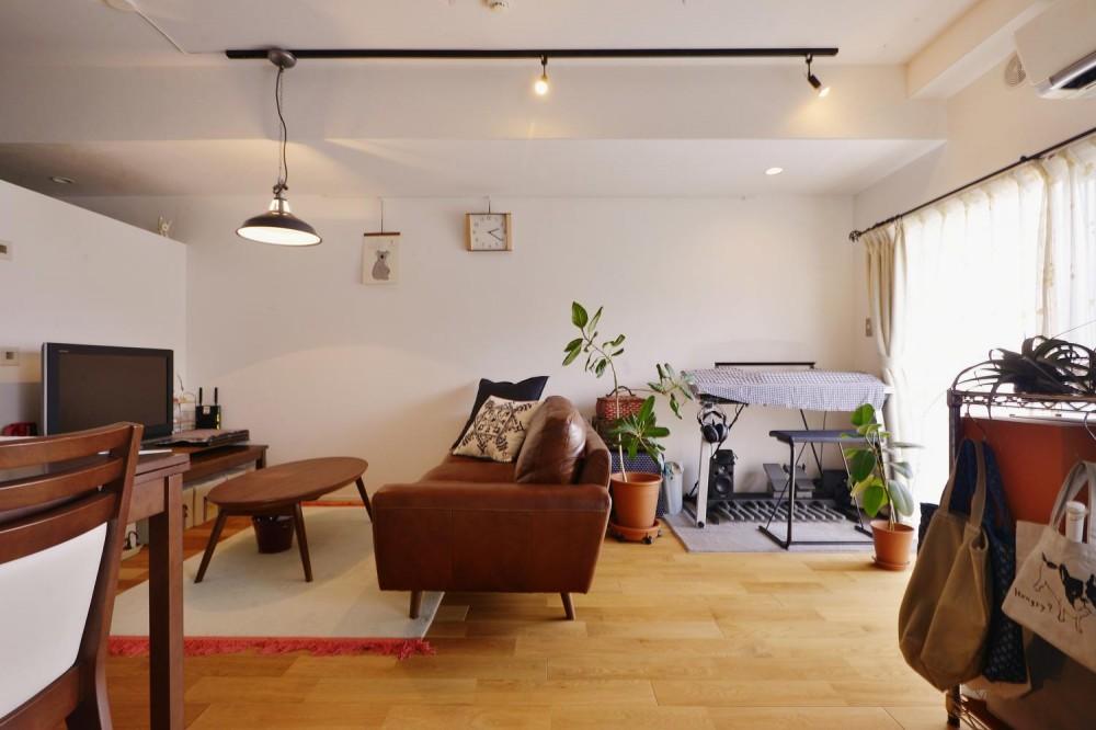 Y邸・漆喰の壁に囲まれて暮らす、光と風あふれる家 (ベッド側から見たリビング)