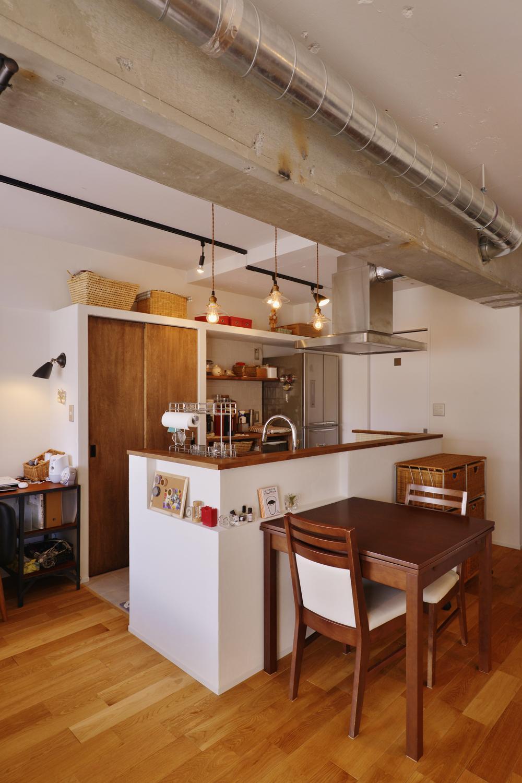 Y邸・漆喰の壁に囲まれて暮らす、光と風あふれる家の部屋 ダイニングキッチン