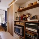Y邸・漆喰の壁に囲まれて暮らす、光と風あふれる家の写真 キッチン収納(造り付け)