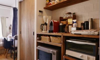Y邸・漆喰の壁に囲まれて暮らす、光と風あふれる家 (キッチン収納(造り付け))