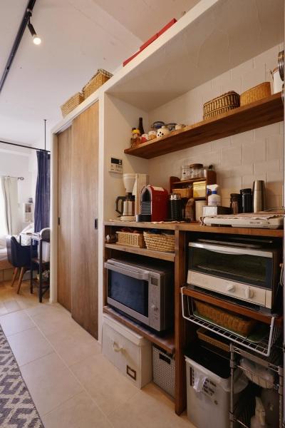 キッチン収納(造り付け) (Y邸・漆喰の壁に囲まれて暮らす、光と風あふれる家)