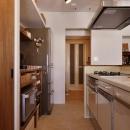 Y邸・漆喰の壁に囲まれて暮らす、光と風あふれる家の写真 キッチン(奥はバスルーム)