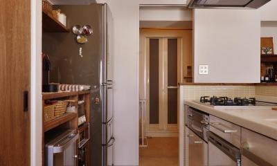 Y邸・漆喰の壁に囲まれて暮らす、光と風あふれる家 (キッチン(奥はバスルーム))