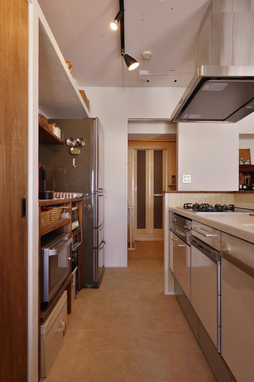 Y邸・漆喰の壁に囲まれて暮らす、光と風あふれる家の部屋 キッチン(奥はバスルーム)