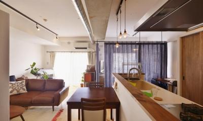 Y邸・漆喰の壁に囲まれて暮らす、光と風あふれる家 (玄関側から見たLDK(ベッドスペース間仕切りカーテンCLOSE時))