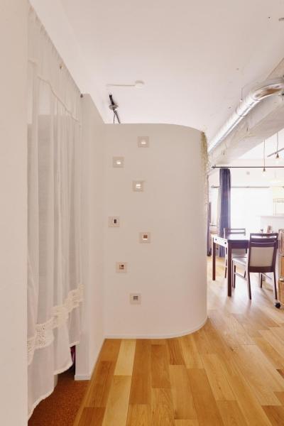 カーテン内収納・R壁はリビングスペース (Y邸・漆喰の壁に囲まれて暮らす、光と風あふれる家)
