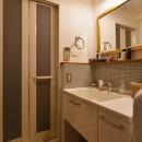 Y邸・漆喰の壁に囲まれて暮らす、光と風あふれる家の写真 洗面所 - バスルーム