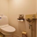 Y邸・漆喰の壁に囲まれて暮らす、光と風あふれる家の写真 トイレ