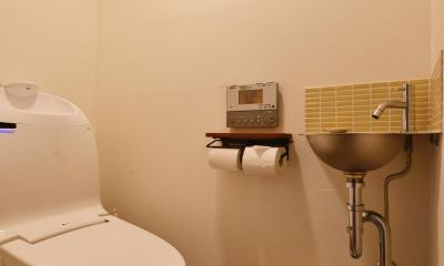 Y邸・漆喰の壁に囲まれて暮らす、光と風あふれる家 (トイレ)