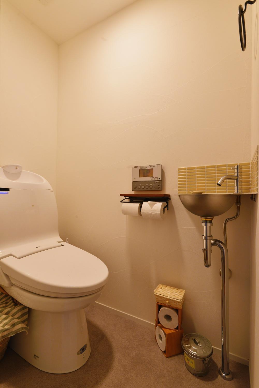 Y邸・漆喰の壁に囲まれて暮らす、光と風あふれる家の部屋 トイレ