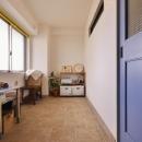 Y邸・漆喰の壁に囲まれて暮らす、光と風あふれる家の写真 玄関土間