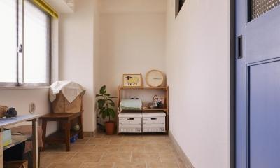 Y邸・漆喰の壁に囲まれて暮らす、光と風あふれる家 (玄関土間)