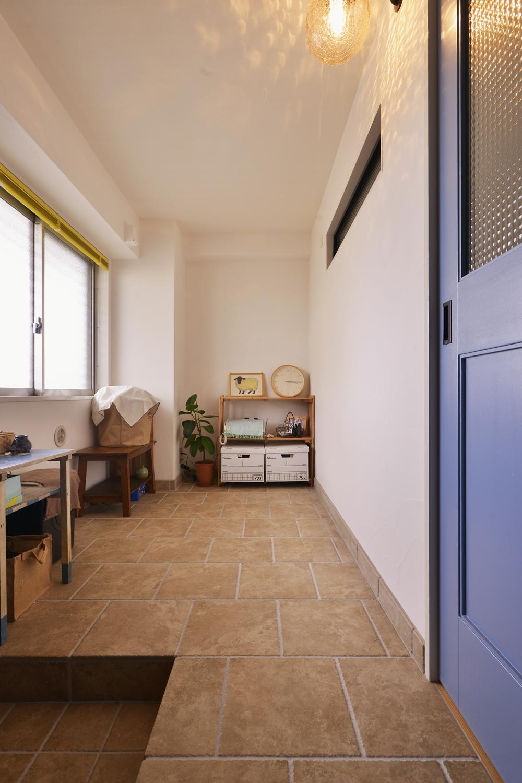 Y邸・漆喰の壁に囲まれて暮らす、光と風あふれる家の部屋 玄関土間