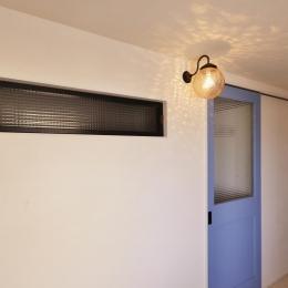 (玄関土間から見た)室内窓と室内へ続くブルーの建具