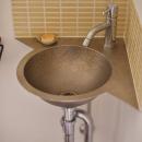 Y邸・漆喰の壁に囲まれて暮らす、光と風あふれる家の写真 トイレ内洗面スペース