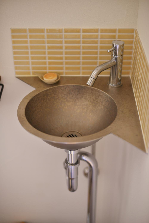 Y邸・漆喰の壁に囲まれて暮らす、光と風あふれる家の部屋 トイレ内洗面スペース