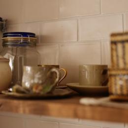 Y邸・漆喰の壁に囲まれて暮らす、光と風あふれる家 (キッチンのオープン棚)