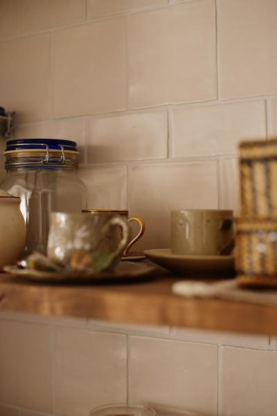 キッチンのオープン棚 (Y邸・漆喰の壁に囲まれて暮らす、光と風あふれる家)